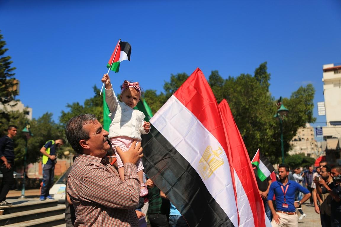 مظاهر احتفال الغزيين باتمام المصالحة الفلسطينية بساحة الجندى المجهول بغزة (388406885) 