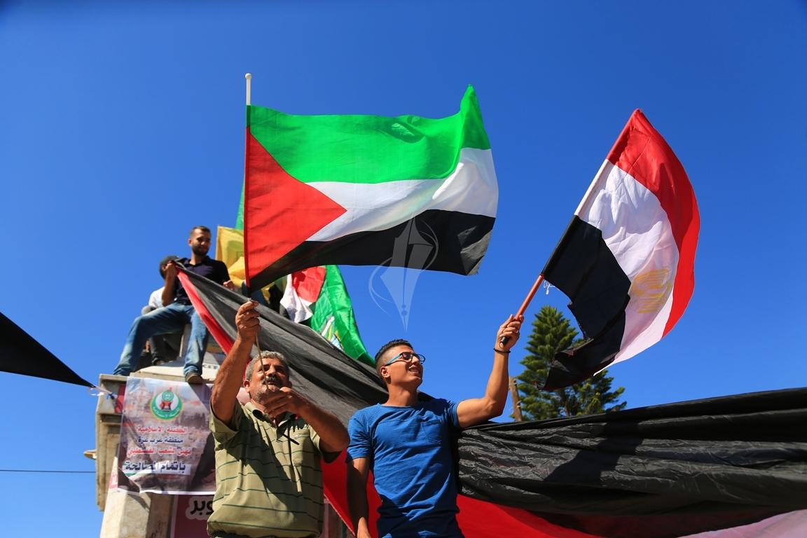 مظاهر احتفال الغزيين باتمام المصالحة الفلسطينية بساحة الجندى المجهول بغزة (388406887) 