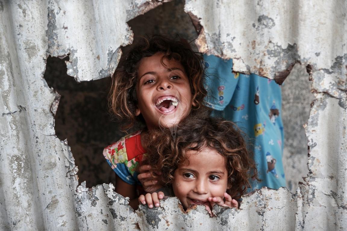أطفال غزة يلعبون على طريقتهم الخاصة رغم البؤس والفقر والحصار (39518721) 