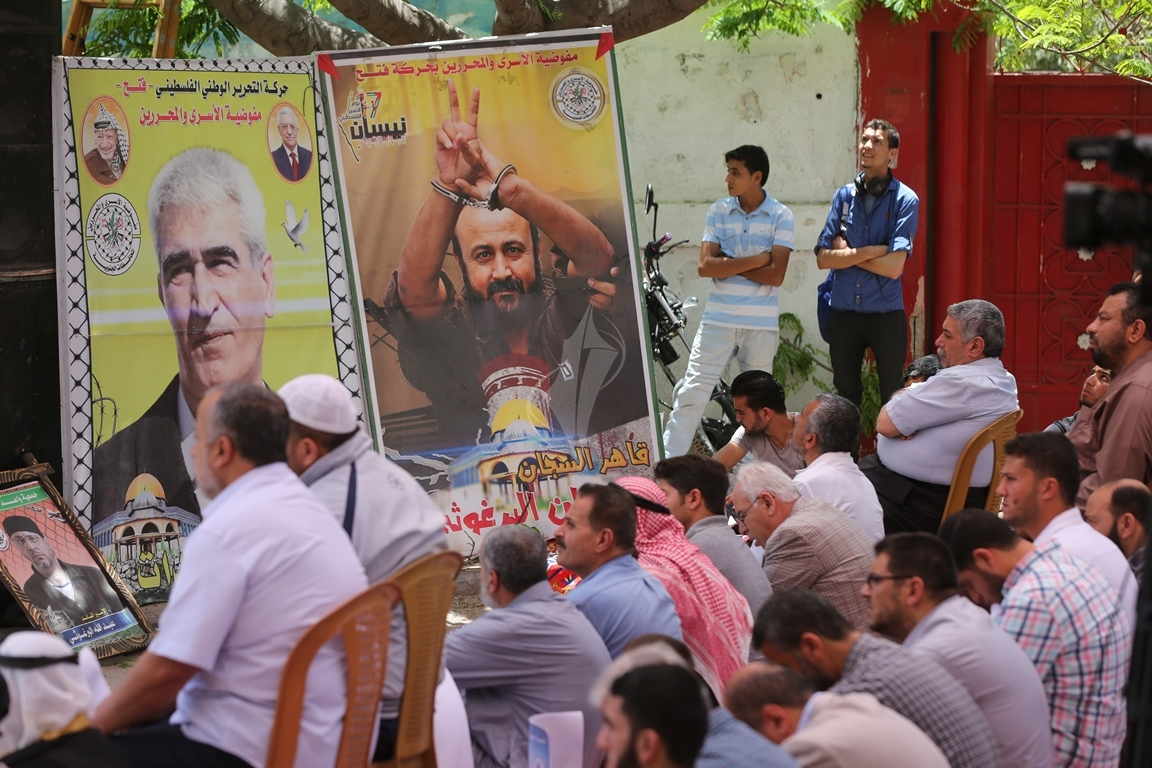 الجهاد الاسلامي تقيم صلاة الجمعة امام مقر الصليب الاحمر بغزة تضامنا مع الاسرى في سجون الاحتلال (38076947) 