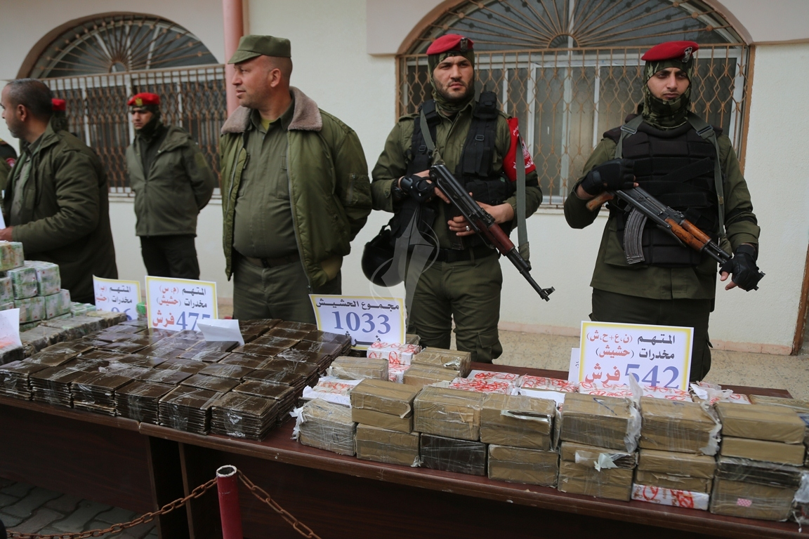 وزارة الداخلية تعقد مؤتمراً صحفياً تعلن فيه حكمها بالإعدام على اثنين من تجار المخدرات والأشقال الشاقة لثالث (38470152) 