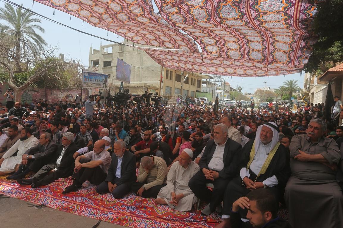 صلاة الجمعة امام مقر الصليب الاحمر بغزة تضامنا مع الاسرى في سجون الاحتلال (39649811) 