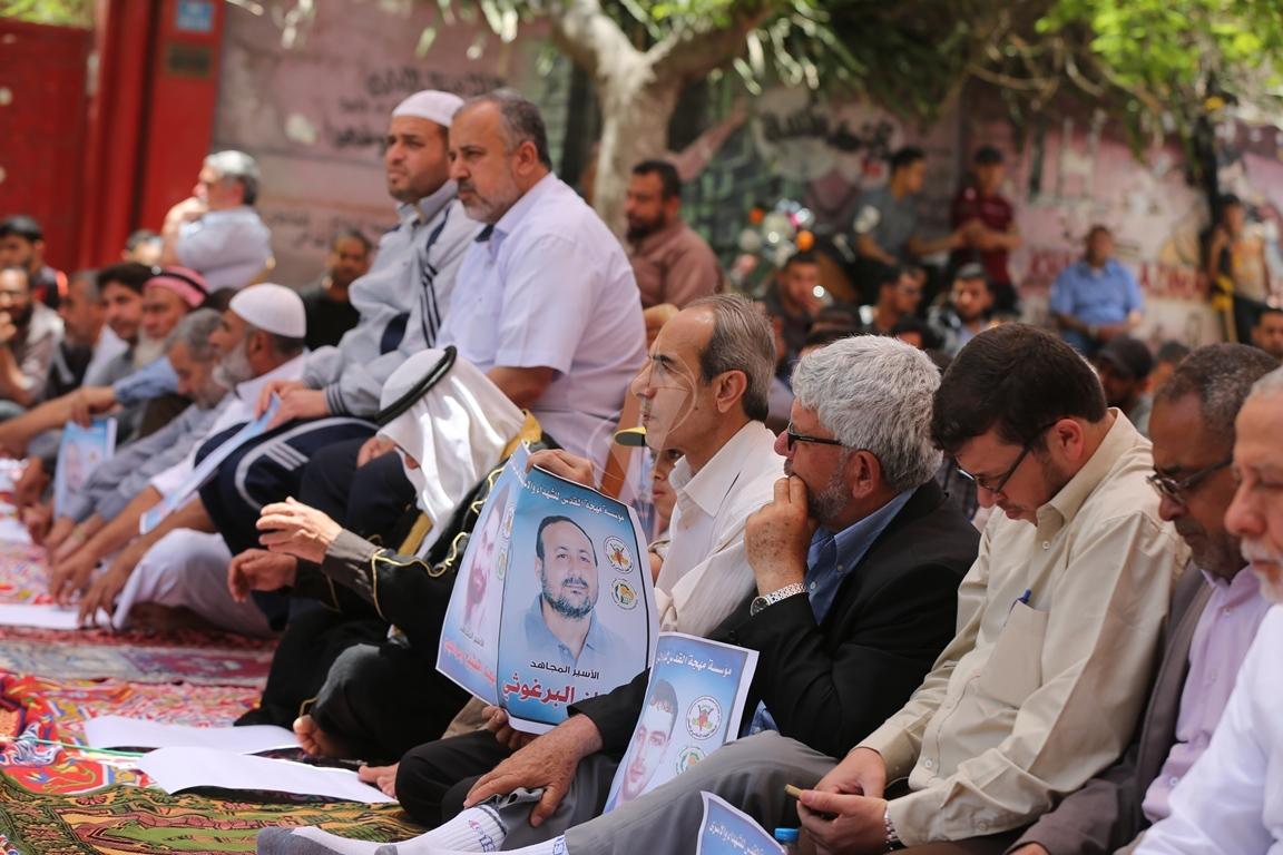 الجهاد الاسلامي تقيم صلاة الجمعة امام مقر الصليب الاحمر بغزة تضامنا مع الاسرى في سجون الاحتلال (38076933) 