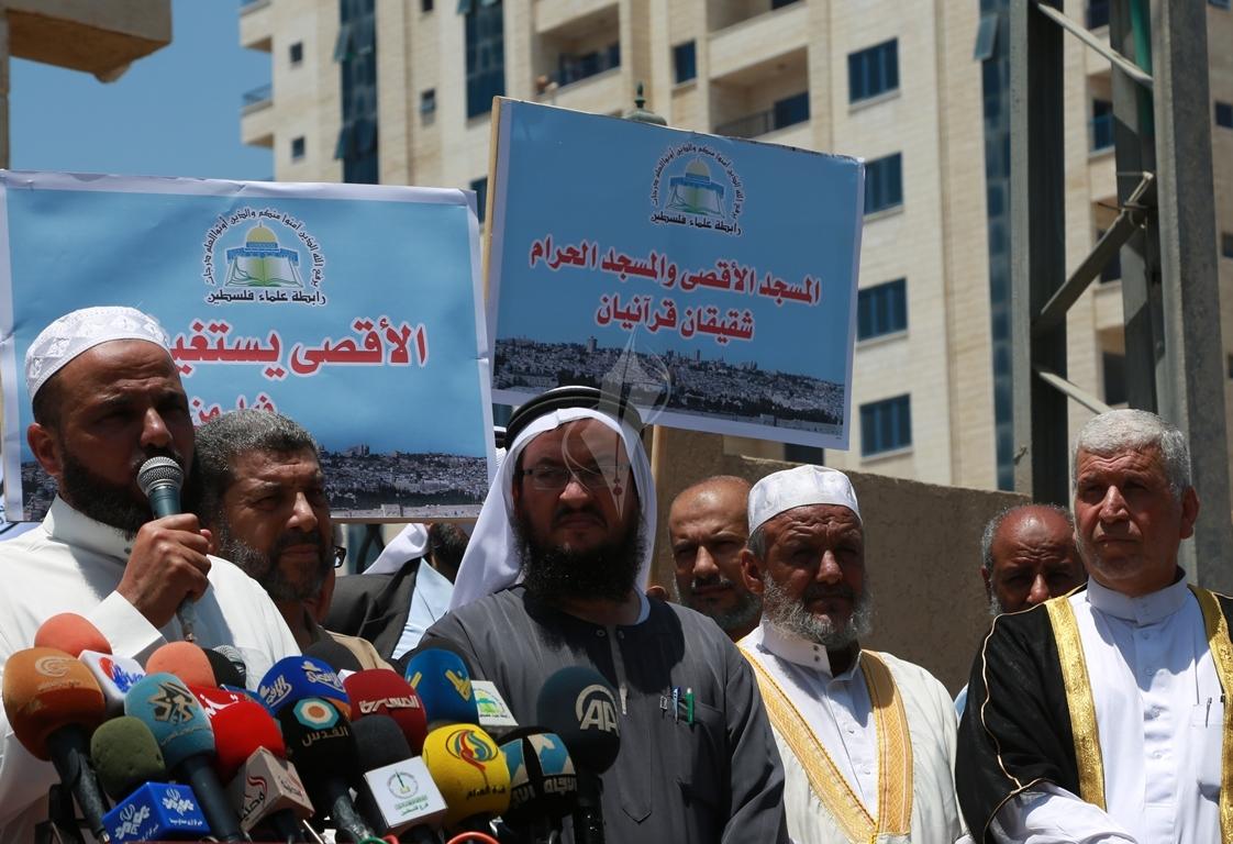 وقفة  احتجاجا على اغلاق المسجد الاقصى ومنع الصلاة فيه (38863366) 