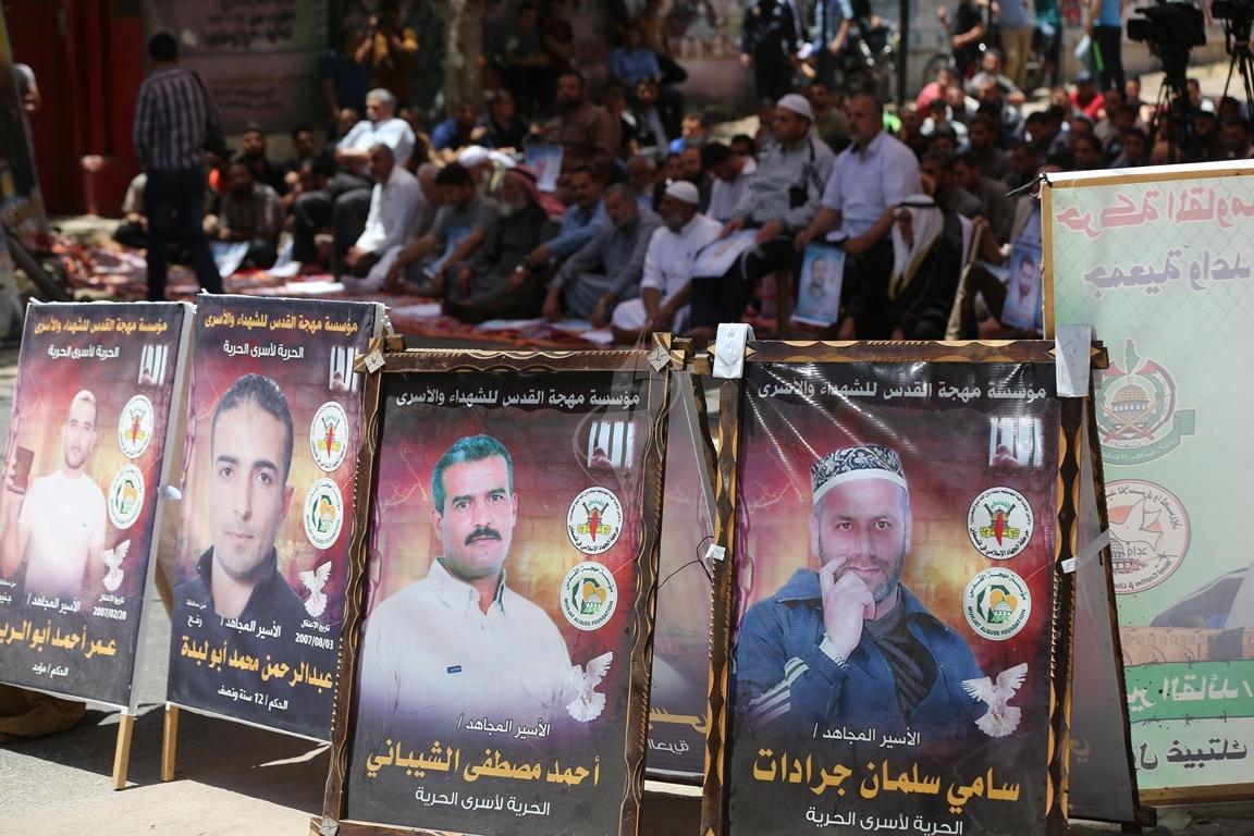 الجهاد الاسلامي تقيم صلاة الجمعة امام مقر الصليب الاحمر بغزة تضامنا مع الاسرى في سجون الاحتلال (38076944) 