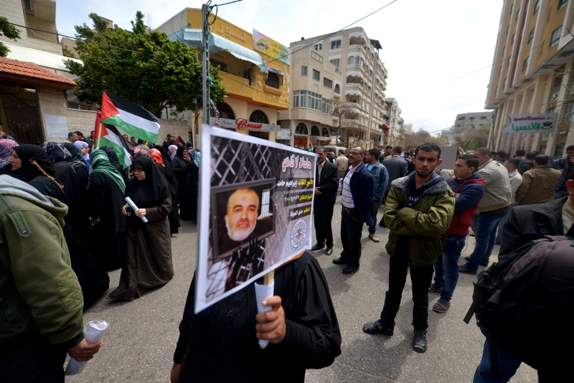 بالصورمسيرة للفصائل بغزة إحياءً ليوم الاسير (61426919) 
