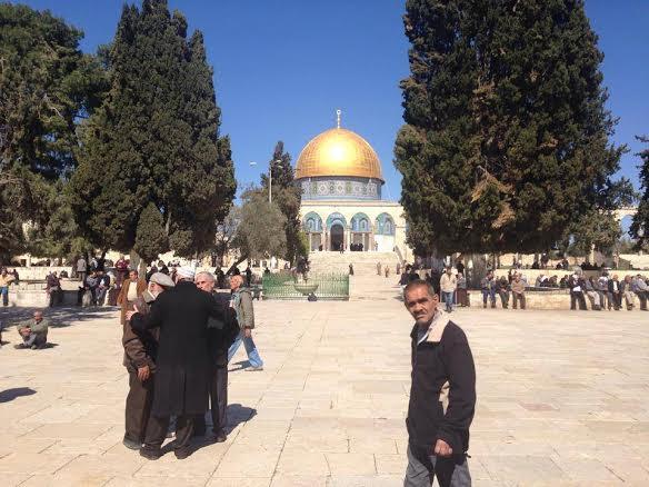 الآلاف يصلون الجمعة عند مداخل القدس قبالة الأقصى