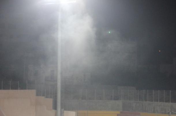 غاز الإحتلال المسيل للدموع يوقف مباراة بدوري المحترفين