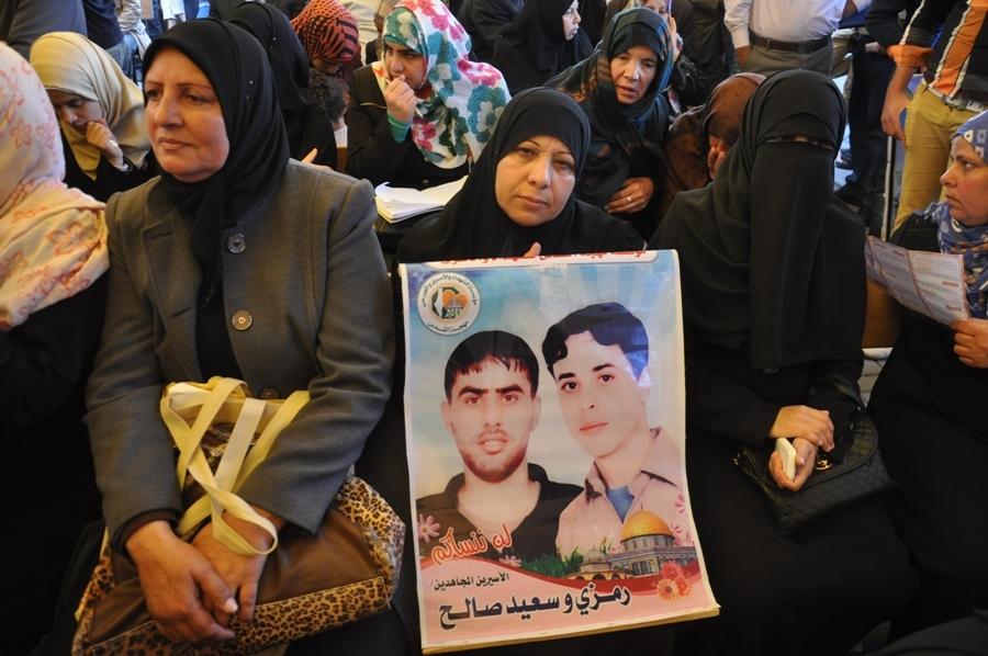 بالصور:أهالي الأسرى يواصلون اعتصامهم الأسبوع أمام مقر الصليب الأحمر بمدينة غزة