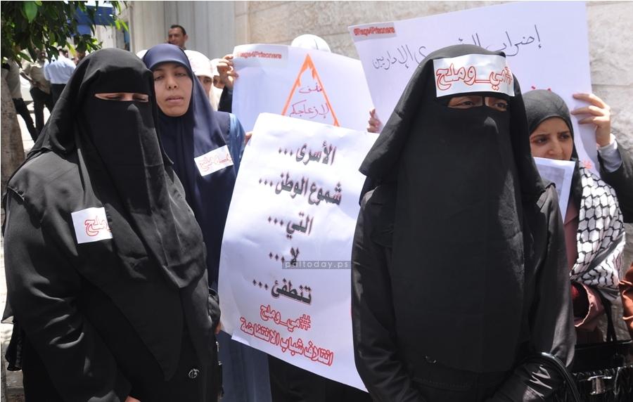 ناشطون يغلقون مكتب المندوب السامي بغزة