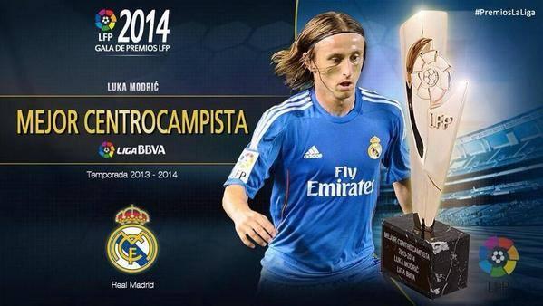 جائزة أفضل لاعب وسط للوكا مودريتش لاعب ريال مدريد .