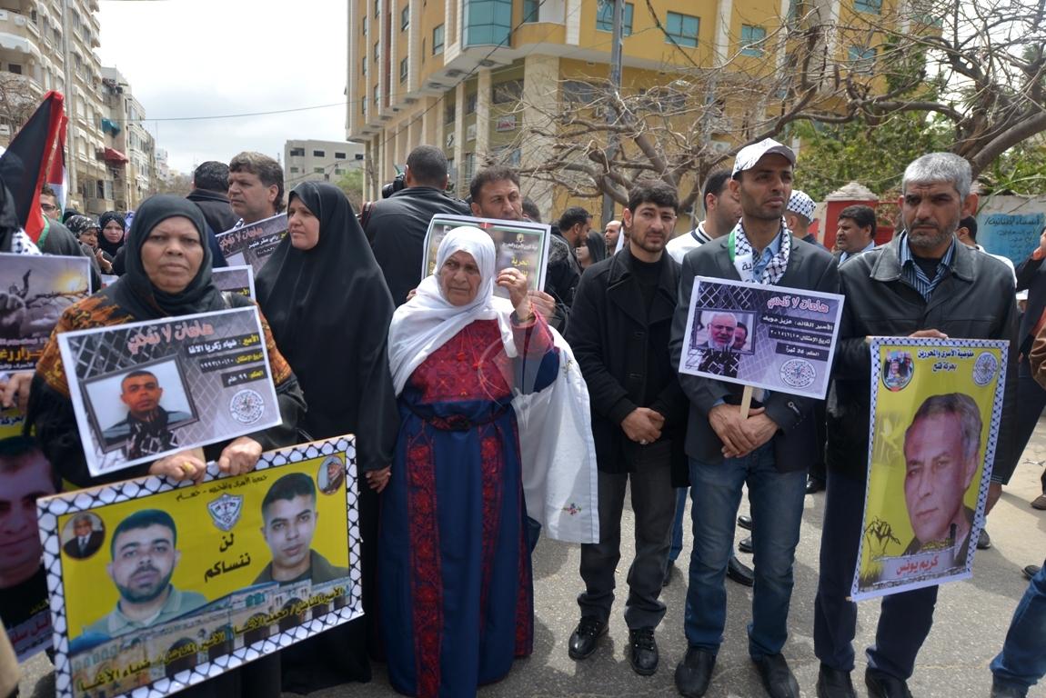 بالصورمسيرة للفصائل بغزة إحياءً ليوم الاسير (61426923) 