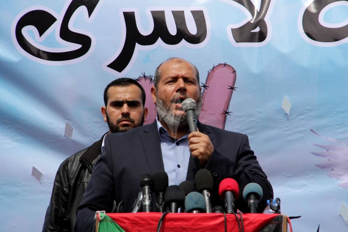بالصورمسيرة للفصائل بغزة إحياءً ليوم الاسير (61426924) 