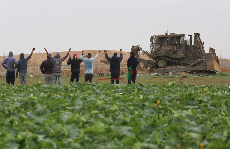 توغل لجرافات الاحتلال شرق خانيونس وتهديد المزارعين بإزالة محاصيلهم الزراعية (18).jpeg