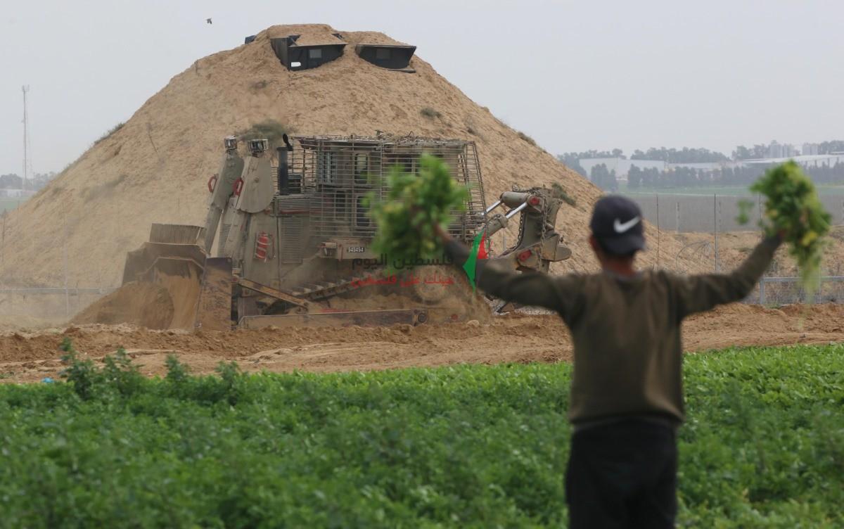 توغل لجرافات الاحتلال شرق خانيونس وتهديد المزارعين بإزالة محاصيلهم الزراعية (16).jpeg