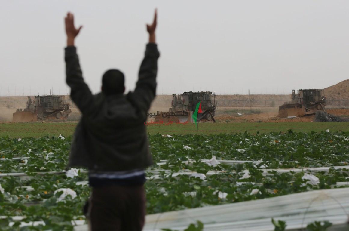 توغل لجرافات الاحتلال شرق خانيونس وتهديد المزارعين بإزالة محاصيلهم الزراعية (5).jpeg