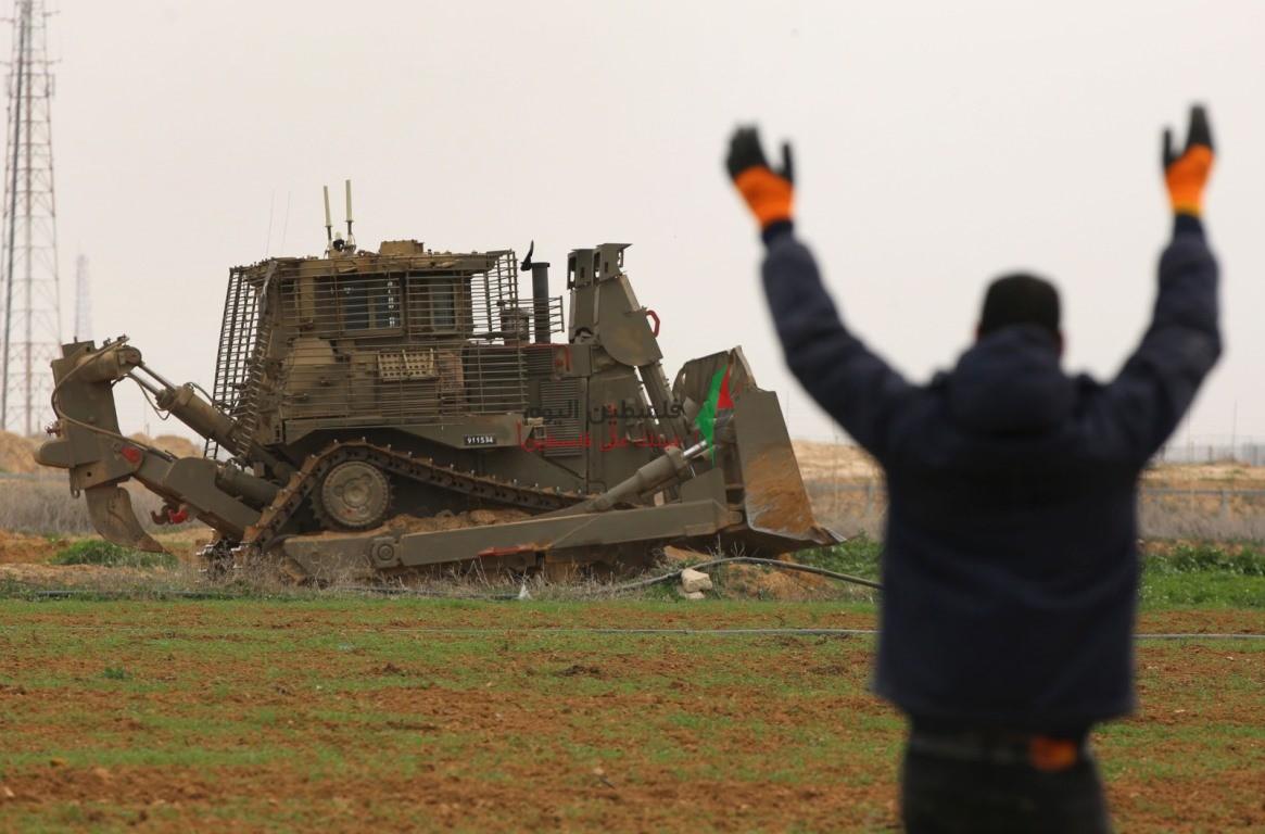 توغل لجرافات الاحتلال شرق خانيونس وتهديد المزارعين بإزالة محاصيلهم الزراعية (2).jpeg