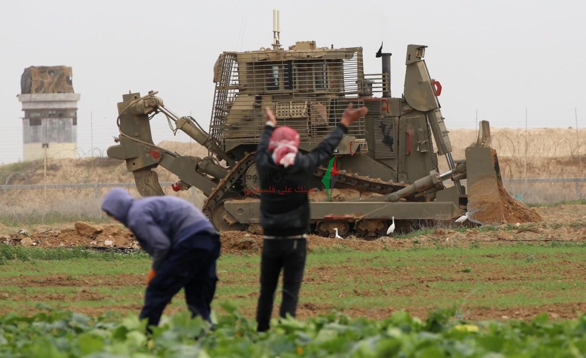 توغل لجرافات الاحتلال شرق خانيونس وتهديد المزارعين بإزالة محاصيلهم الزراعية (3).jpeg