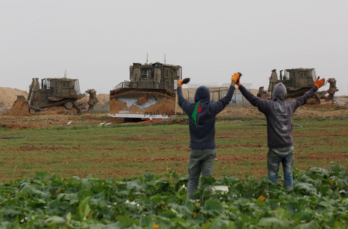 توغل لجرافات الاحتلال شرق خانيونس وتهديد المزارعين بإزالة محاصيلهم الزراعية (12).jpeg