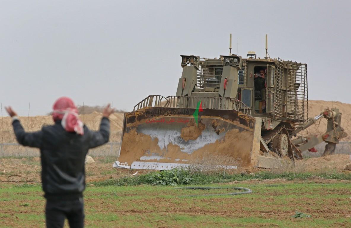 توغل لجرافات الاحتلال شرق خانيونس وتهديد المزارعين بإزالة محاصيلهم الزراعية (6).jpeg