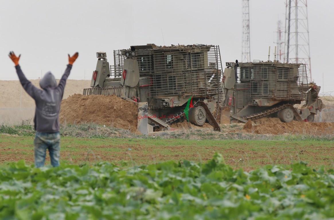توغل لجرافات الاحتلال شرق خانيونس وتهديد المزارعين بإزالة محاصيلهم الزراعية (14).jpeg