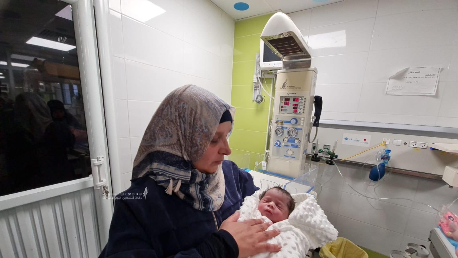 الأسير محمد القدرة يرزق بطفل من نطفة مهربة (1).jpeg