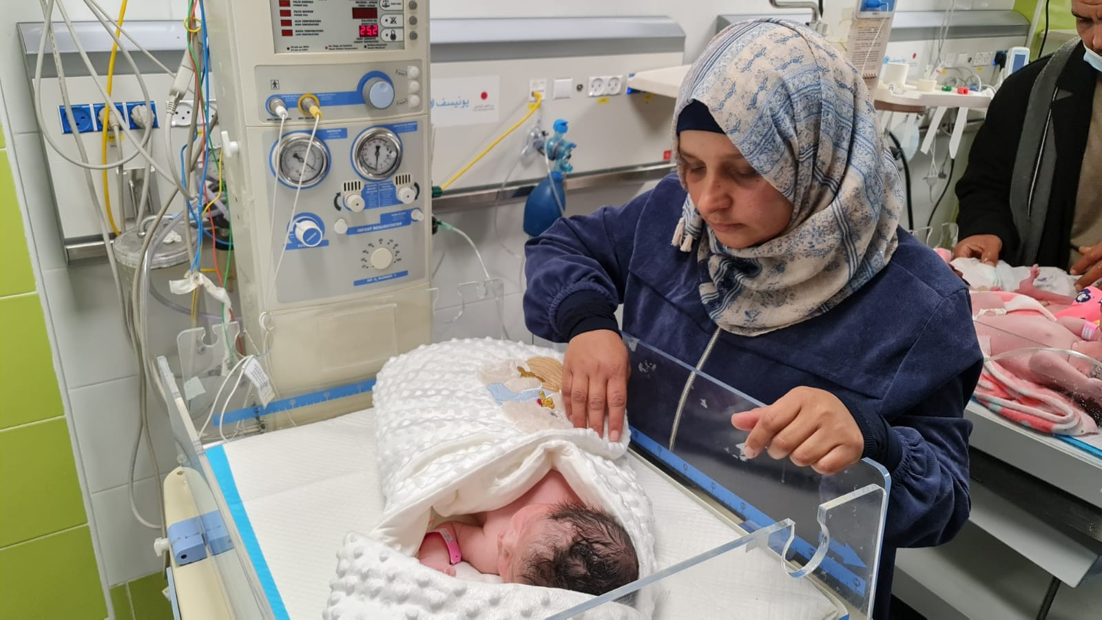 الأسير محمد القدرة يرزق بطفل من نطفة مهربة (4).jpeg