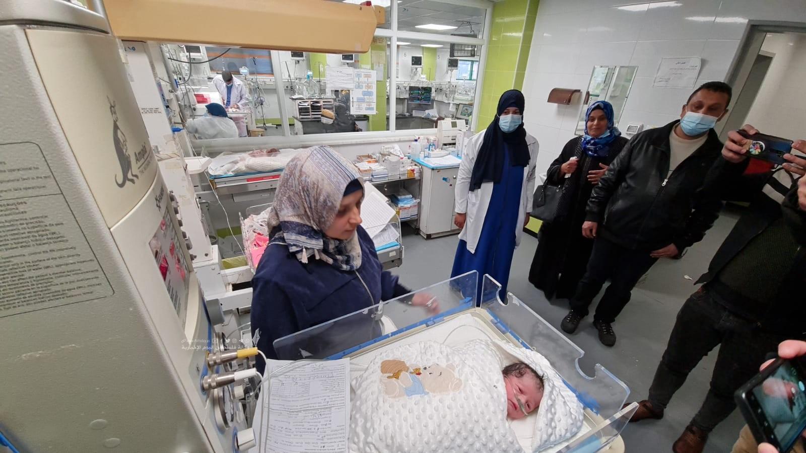 الأسير محمد القدرة يرزق بطفل من نطفة مهربة (7).jpeg