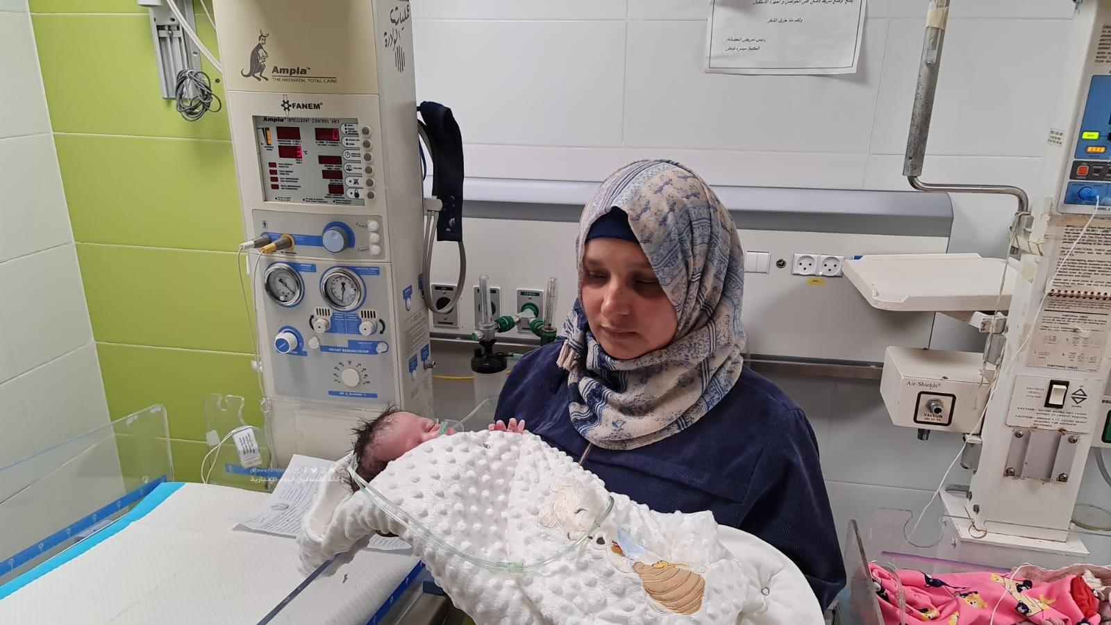 الأسير محمد القدرة يرزق بطفل من نطفة مهربة (8).jpeg
