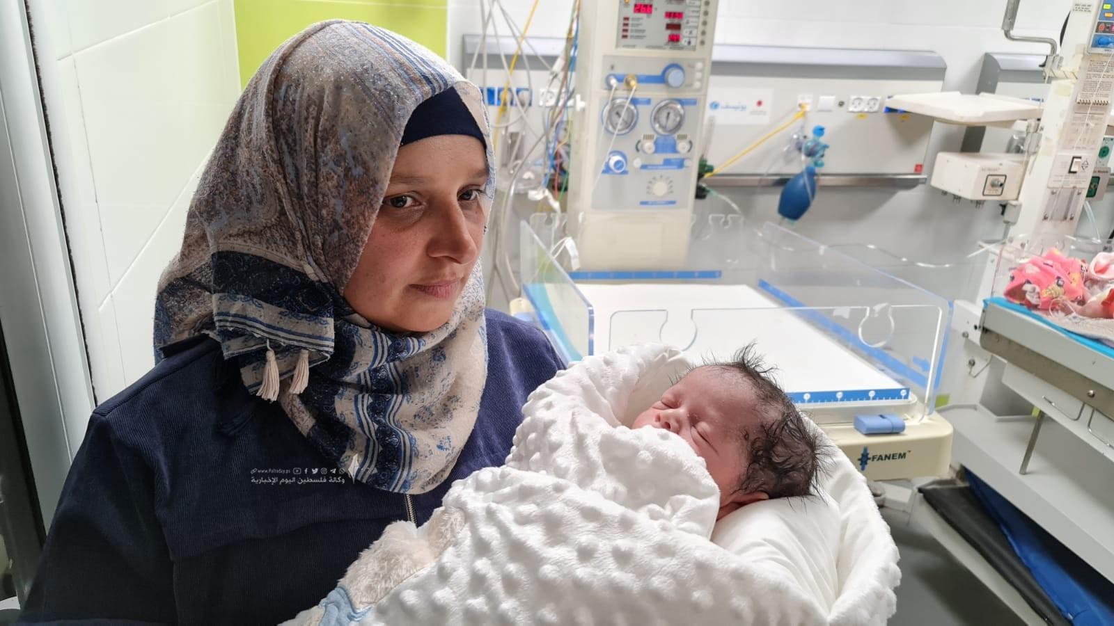 الأسير محمد القدرة يرزق بطفل من نطفة مهربة (12).jpeg