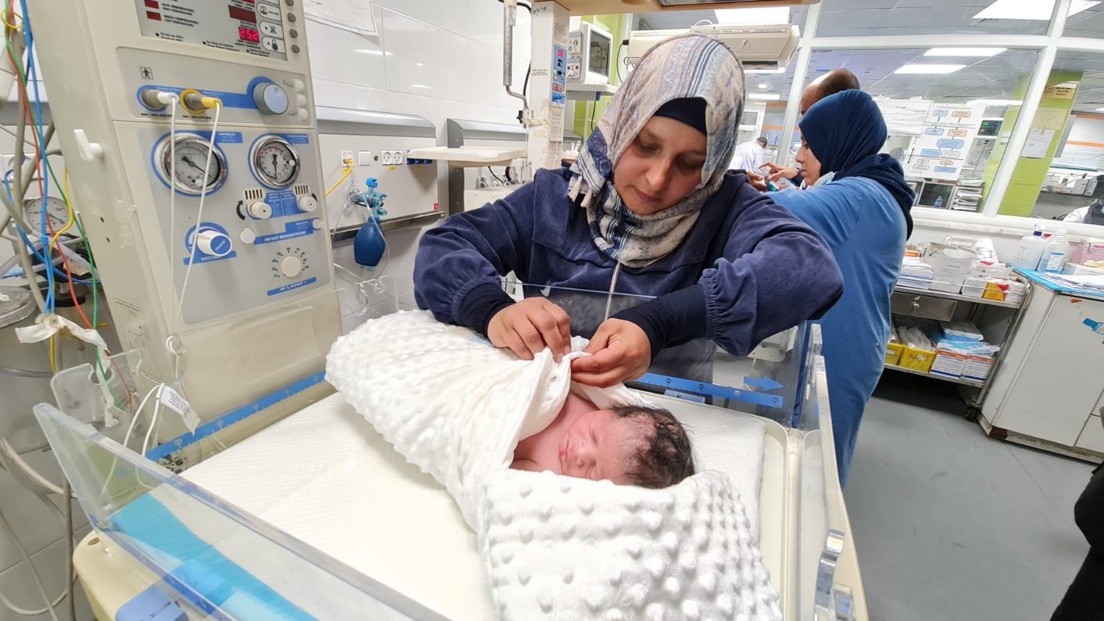 الأسير محمد القدرة يرزق بطفل من نطفة مهربة (3).jpeg