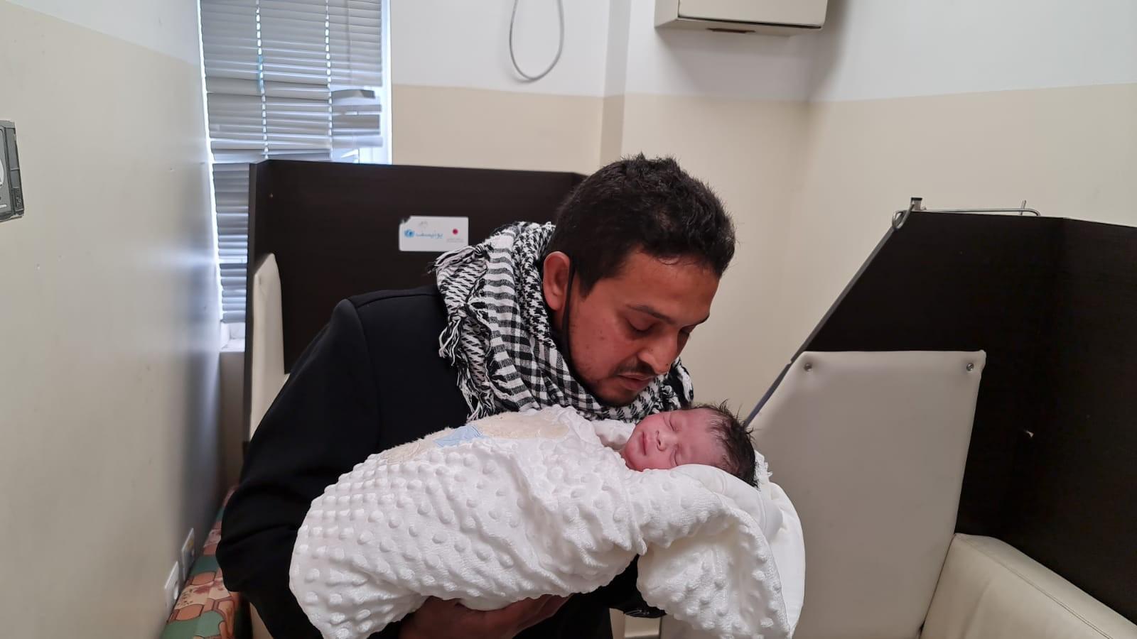 الأسير محمد القدرة يرزق بطفل من نطفة مهربة (5).jpeg
