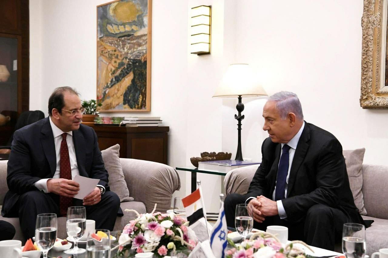 رئيس المخابرات المصري عباس كامل ورئيس وزراء الاحتلال بنيامين نتنياهو.jpg
