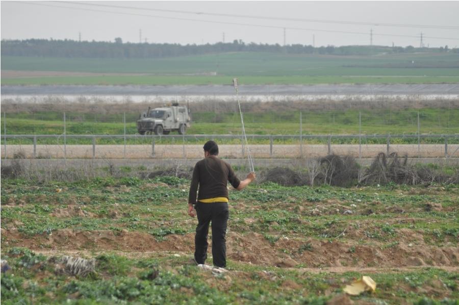 بالصور : مواجهات بين عدد من الشبان وجنود الاحتلال شرق مدينة غزة