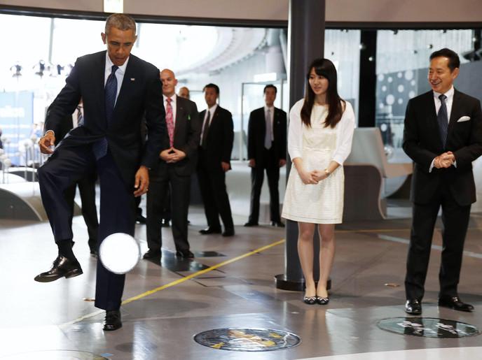 رجل آلي يلعب الكرة مع أوباما