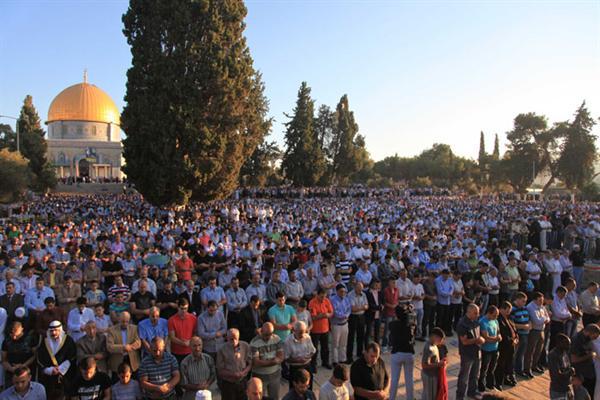 """خبر عالمي وسط انتشار مكثف للاحتلال..المئات يؤدون صلاة العيد في ساحات """""""