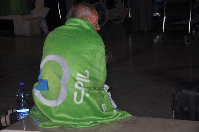 حرام جوال أنقذ حجاج غزة من برد الليل في مطار القاهرة