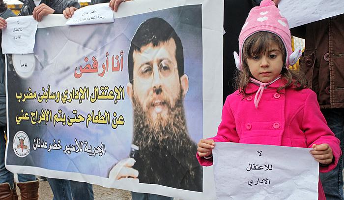 الطفلة معالي خضر عدنان تتضامن مع والدها الاسير في سجون الاحتلال