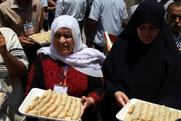 توزيع الحلوي في خيمة إعتصام الأسري