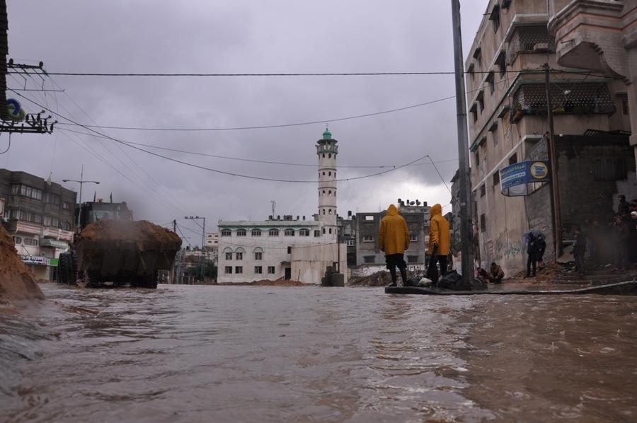 السيول والامطار تغرق شوارع قطاع غزة