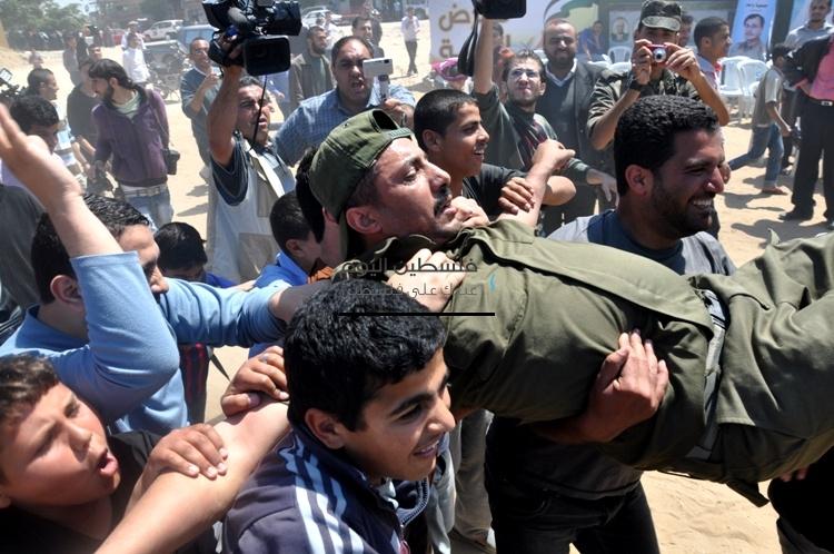 عشرات الغزيين يهاجمون سجن إسرائيلي وسط مدينة غزة