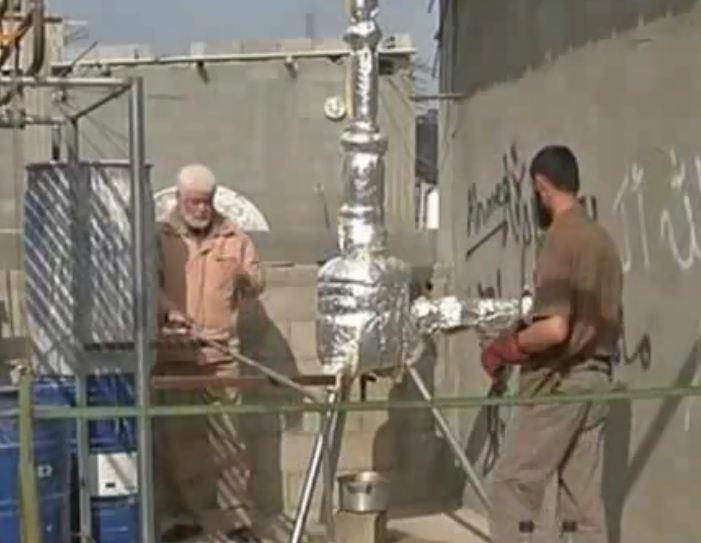 غزي يستخرج الوقود