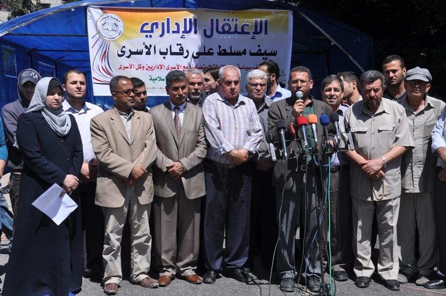 بالصور:لجنة الأسرى تطلق سلسلة فعاليات إسناد مع الأسرى الإداريين المضربين عن الطعام