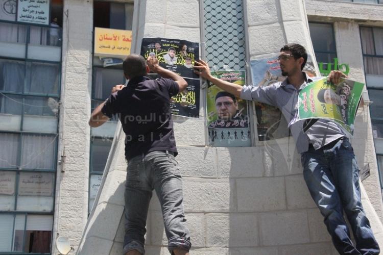تعليق صور للاسرى المضربين برفقة الشيخ عدنان
