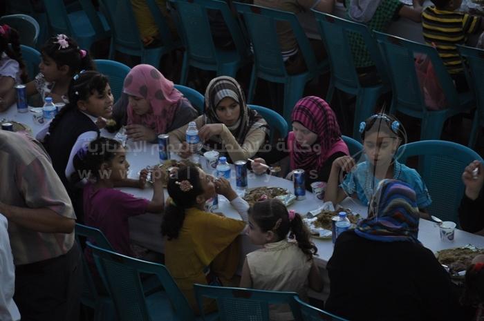 الجهاد الإسلامي تنظم إفطارا جماعياً وتوزع مئات المساعدات المالية للأيتام بغزة