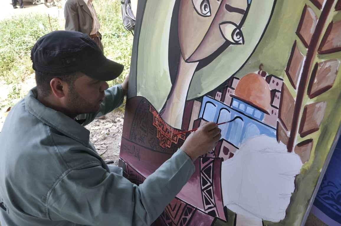 منتدى الفن التشكيلي ينظم تضاهرة فنية في ذكرى يوم الأرض على ركام بيوت خزاعة المدمرة شرق خانيونس - (269135926) 