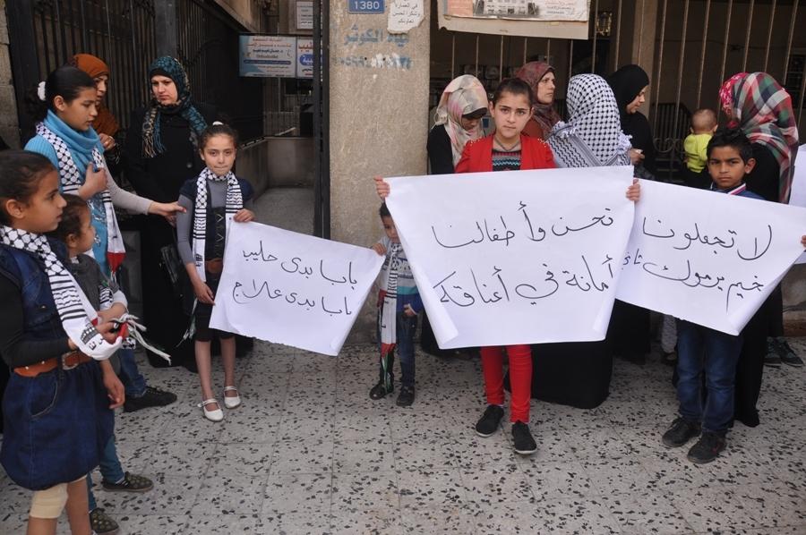 غزة: وقفة لأبناء حركة فتح المقطوعة رواتبهم أمام منزل زكريا الأغا