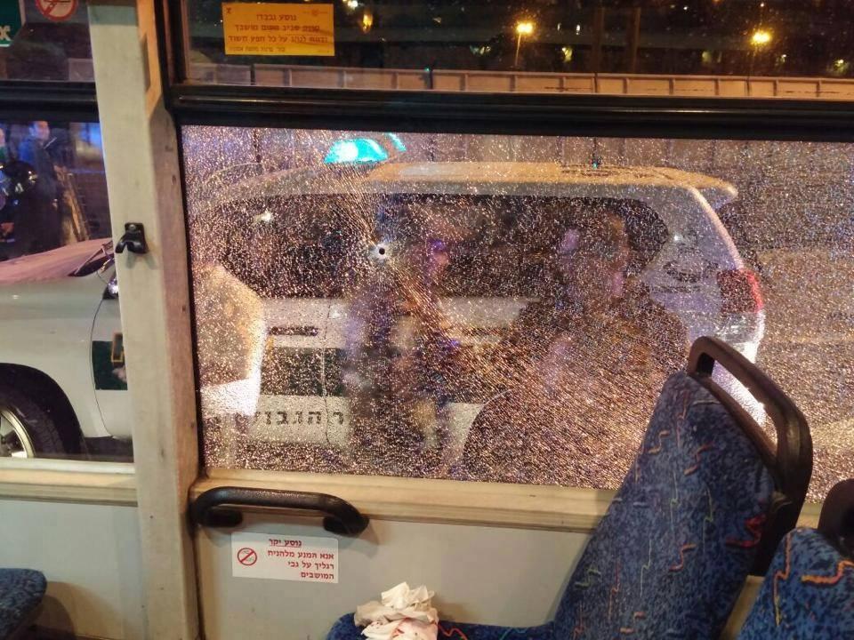 رشق حافلة إسرائيلية بالحجارة
