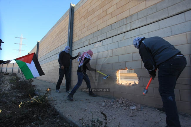 هدم اجزاء من الجدار قرب القدس المحتلة