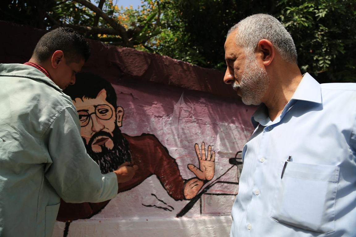 لوحة جدارية فنية اسناداً لإضراب الشيخ خضر عدنان تنظمها مهجة القدس أمام مقر الصليب بغزة (31290782) 
